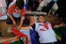 Em protesto, homem se crucifica em frente à embaixada do Brasil no Paraguai