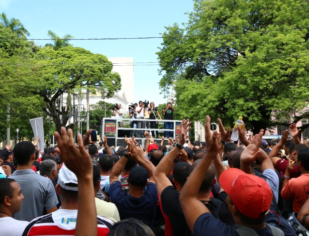 PM mantém greve, e PE tem dia de medo; Dilma autoriza uso da Força Nacional