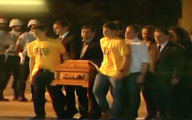 Corpos de Eduardo Campos e assessores chegam ao Recife e cortejo é iniciado