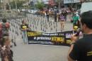Policiais fincam cruzes em protesto contra violência em Caruaru