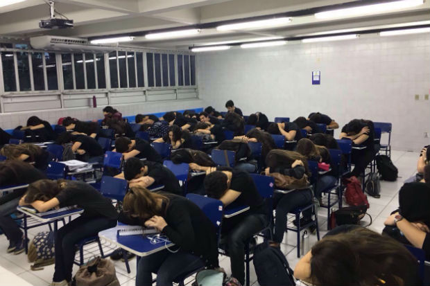 Estudantes do Colégio Santa Maria vestem preto e entoam hino nacional