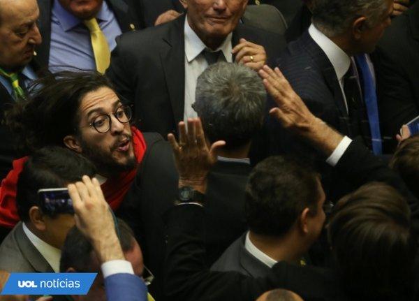 Jean Wyllys cospe em Bolsonaro e diz que faria de novo