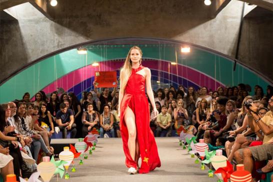Estudante de moda faz vestido de noiva com 1200 pegadores de roupa